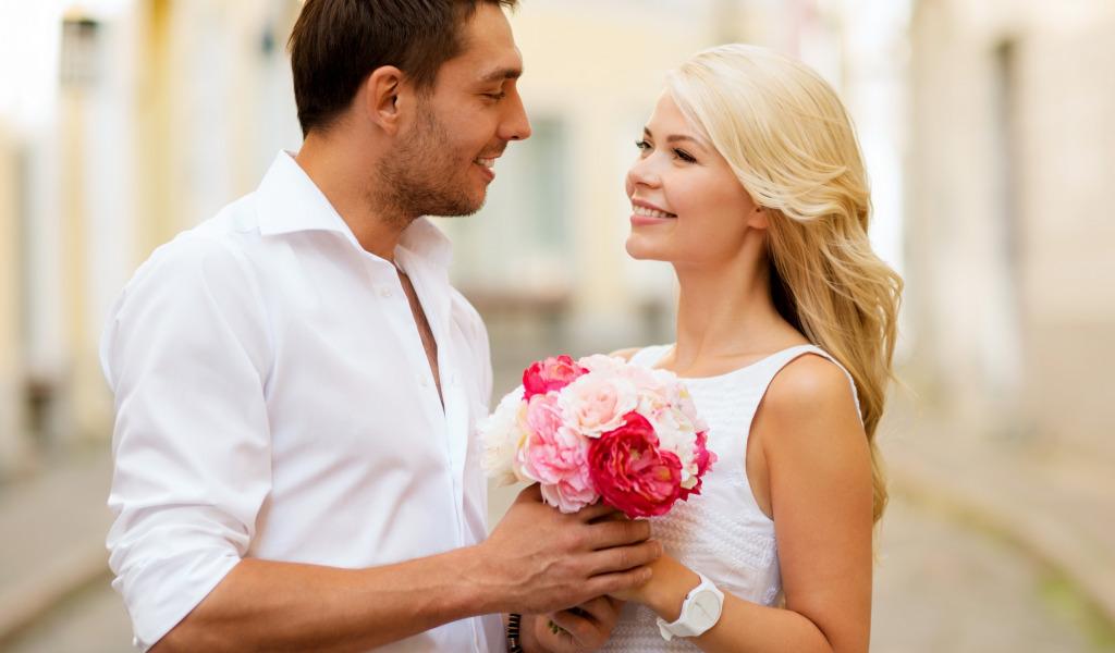 Фото счастливая пара с цветами
