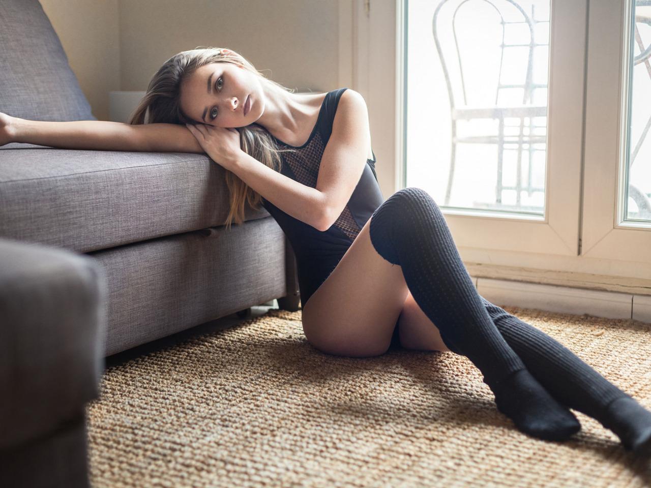 Милашка с красивыми ножками обнажила свои прелести
