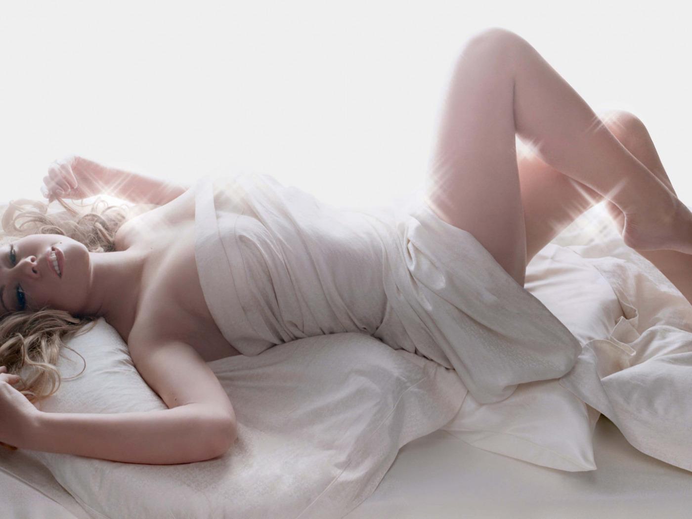 онлайн белых голая блондинка утром в постели это неудивительно