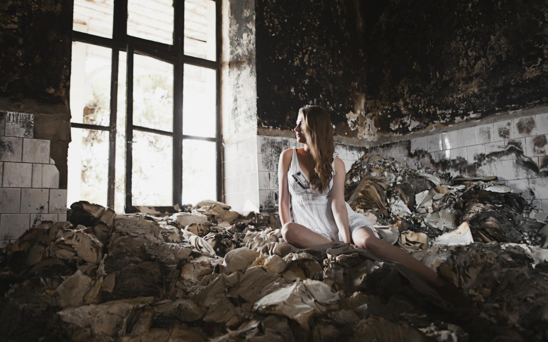 Милая брюнетка позирует у заброшенного здания  127485