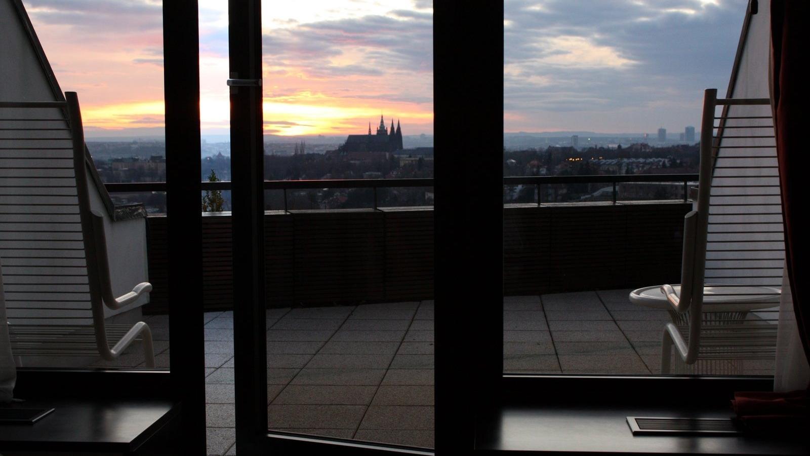 Скачать обои балкон, небо, рассвет, стулья, окна, солнце, го.