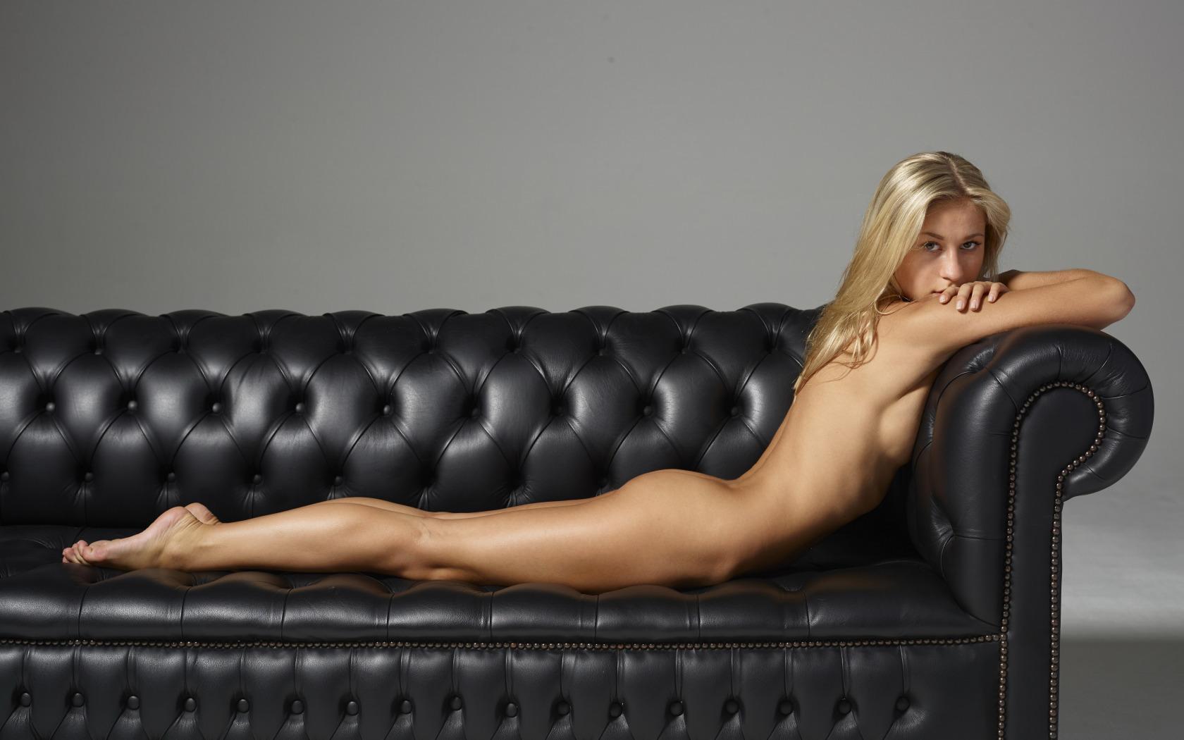 Фото эротика на диване домашнее