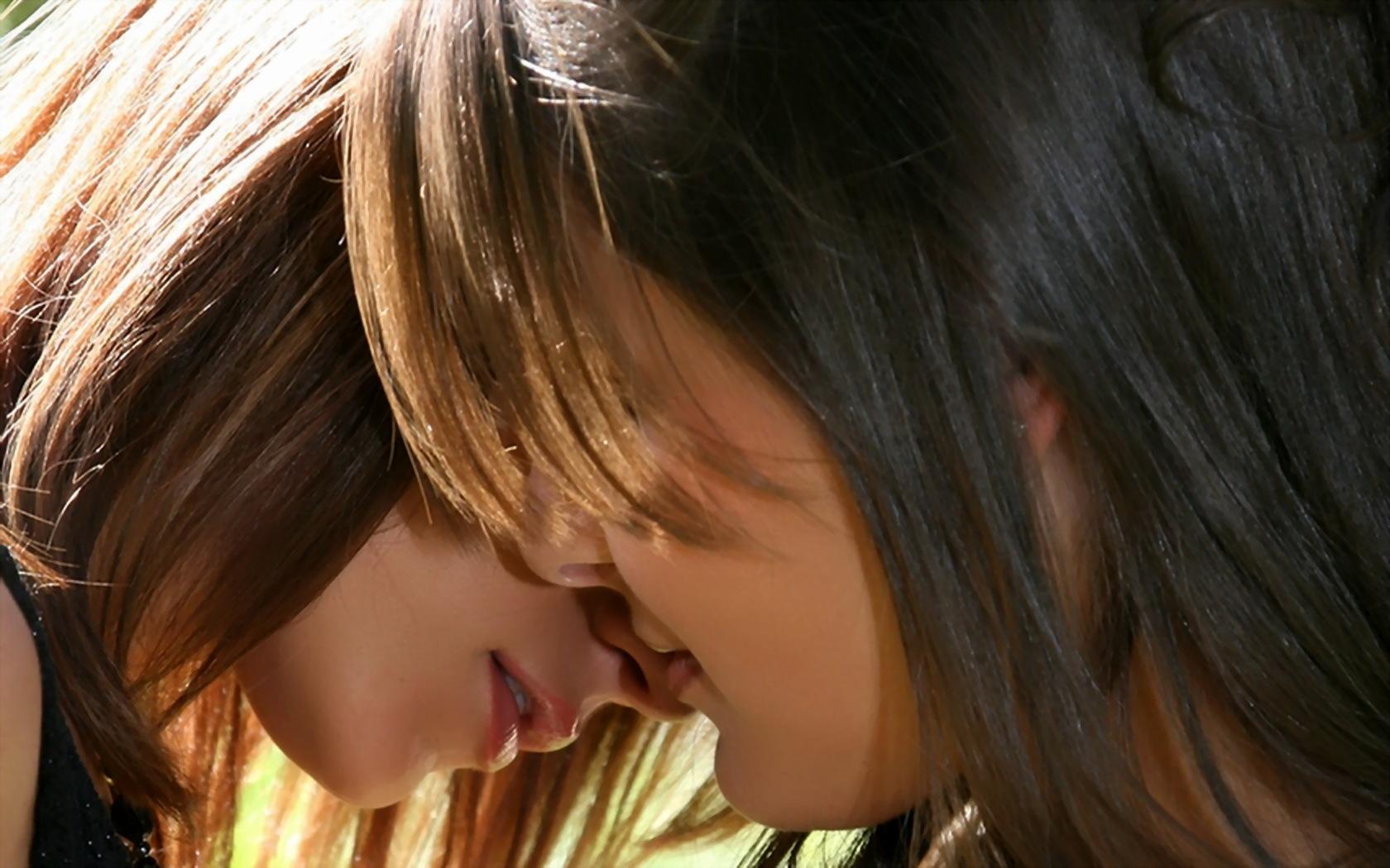 Девушки поцелуй фото
