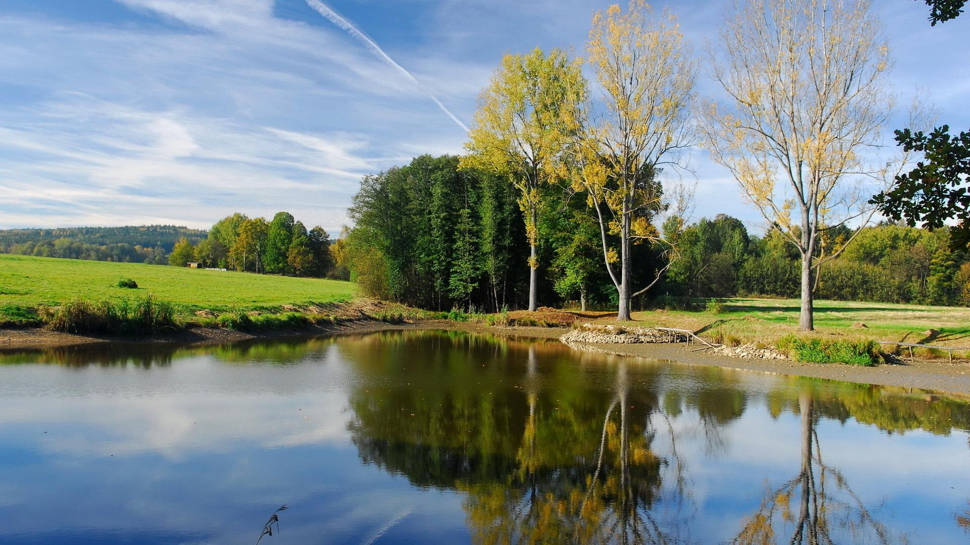 природа деревья небо река дома  № 571475 бесплатно