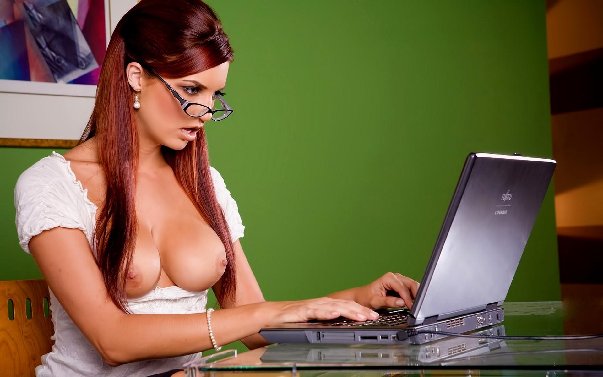 Сексуальные девушки за компьютером 15 фотография