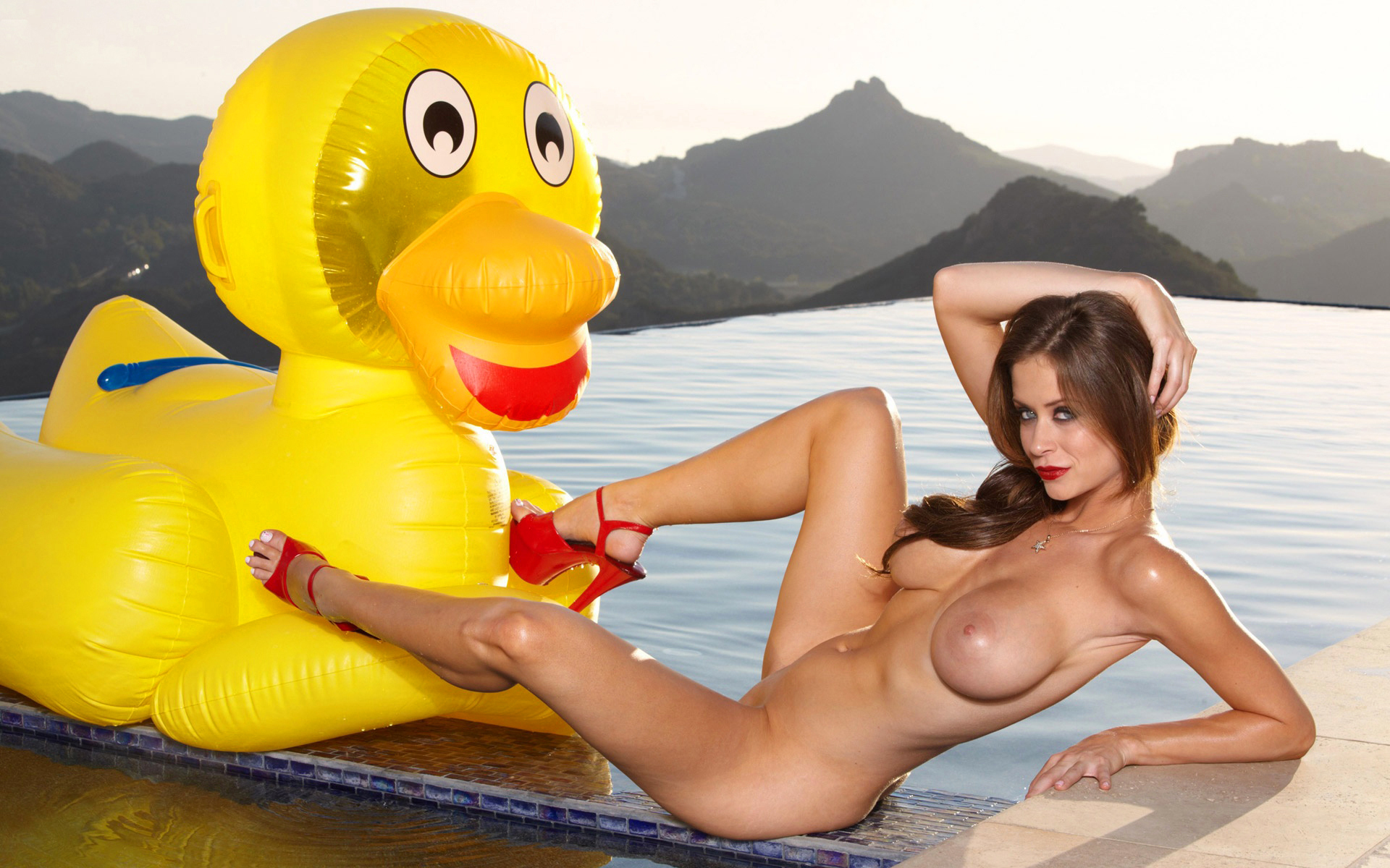 Порно фото девушка с надувным кругом, у девушки просто шикарные большие дойки в порно роликах