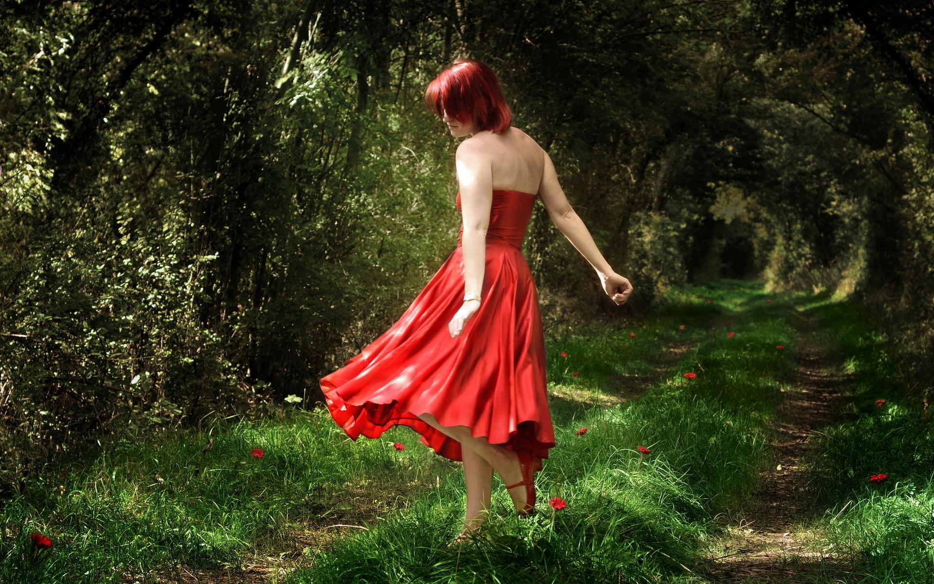 Фото в красном платье в лесу 5 фотография