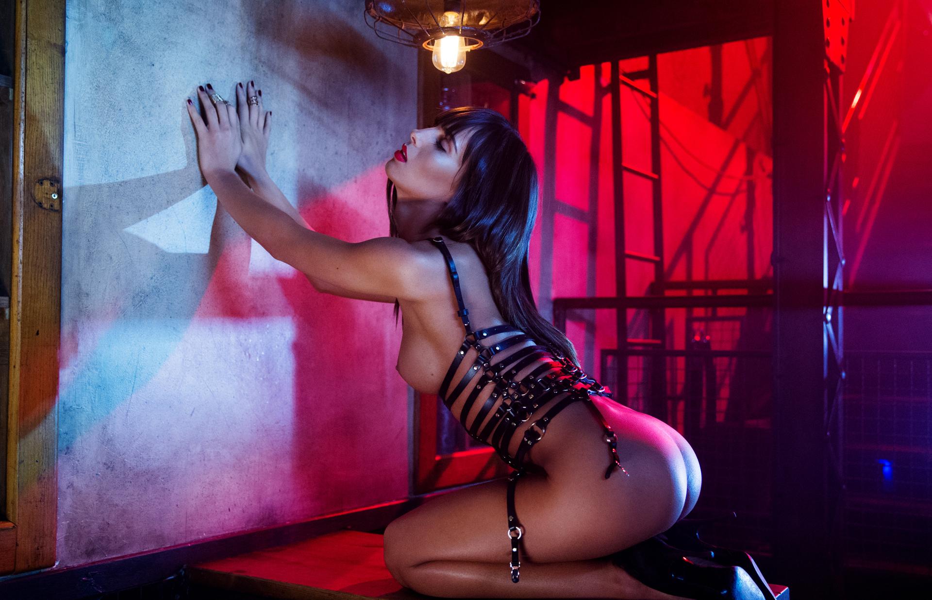striptiz-fmnupmsiaya-bryunetka-porno-konchayut-na-pishnie-zhopi
