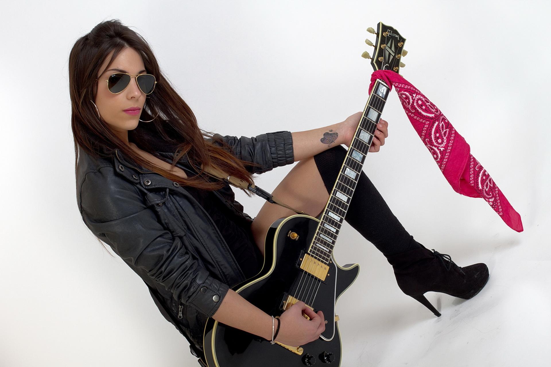 девушки-гитаристки в юбках - 12