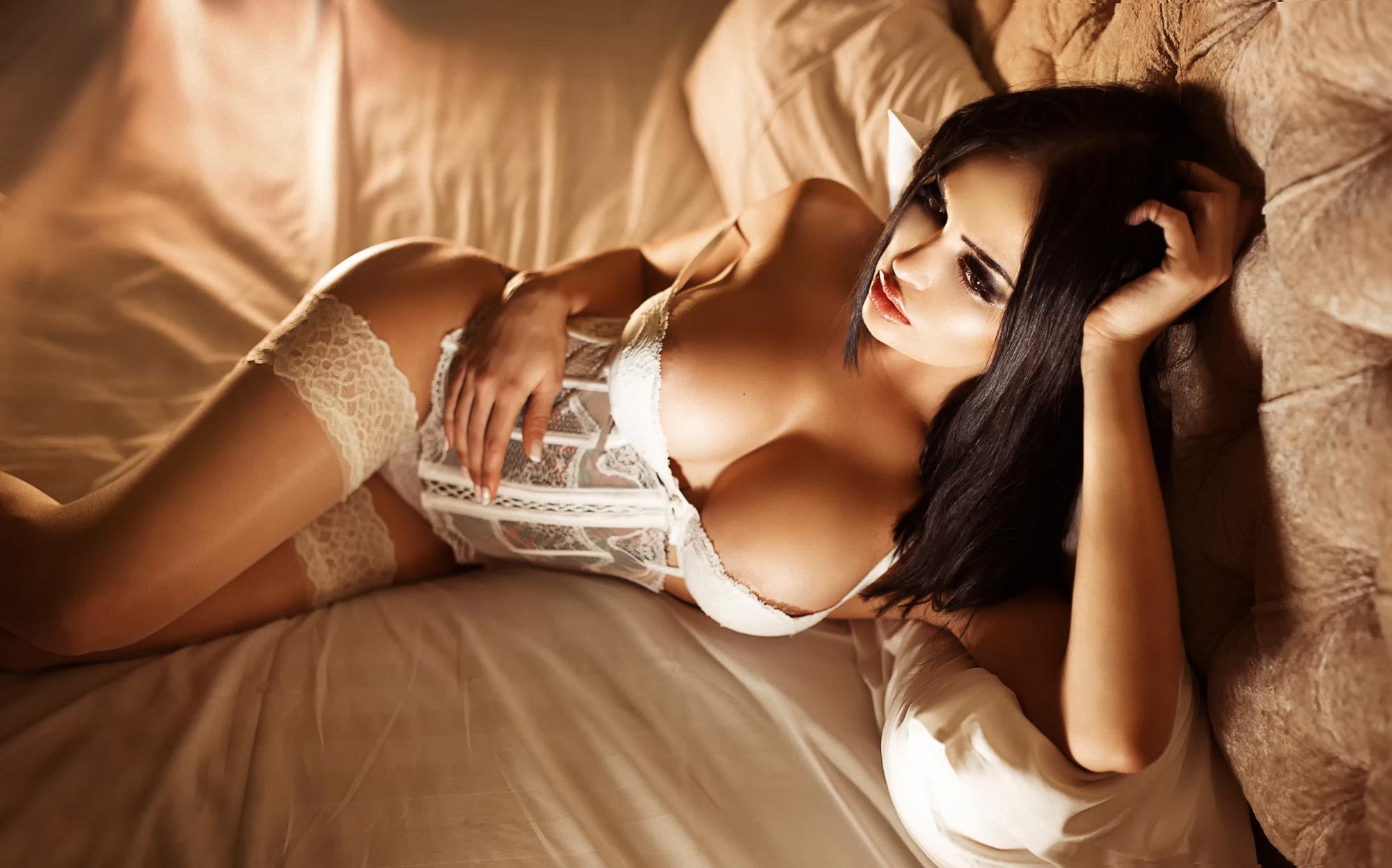 Пошлые снимки русской брюнетки с большими грудями в номере отеля  493288