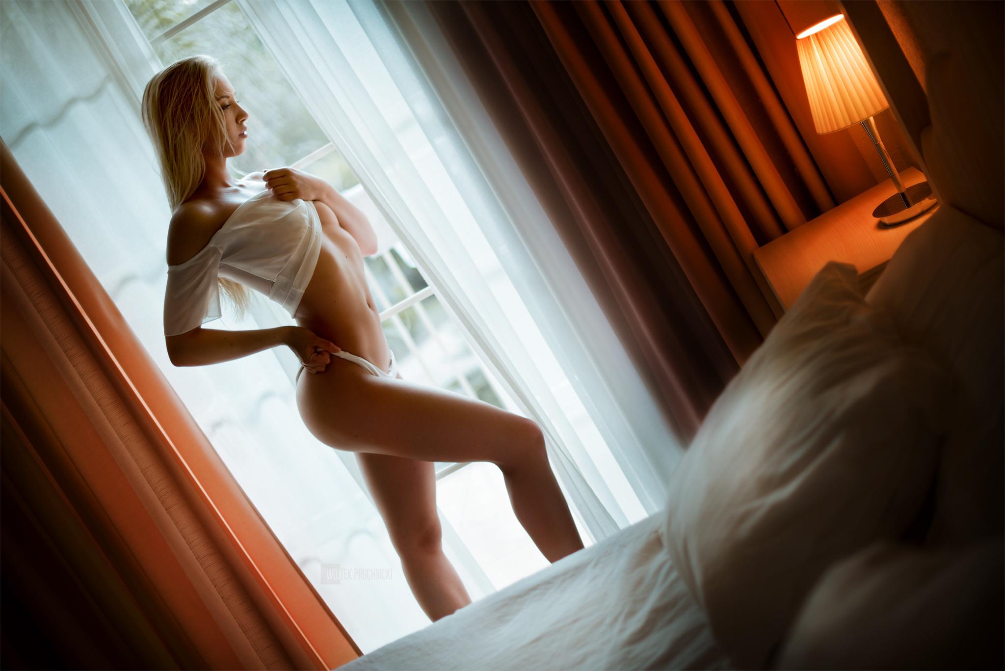 Скучающим девушкам вздумалось позировать голышом дома  7276