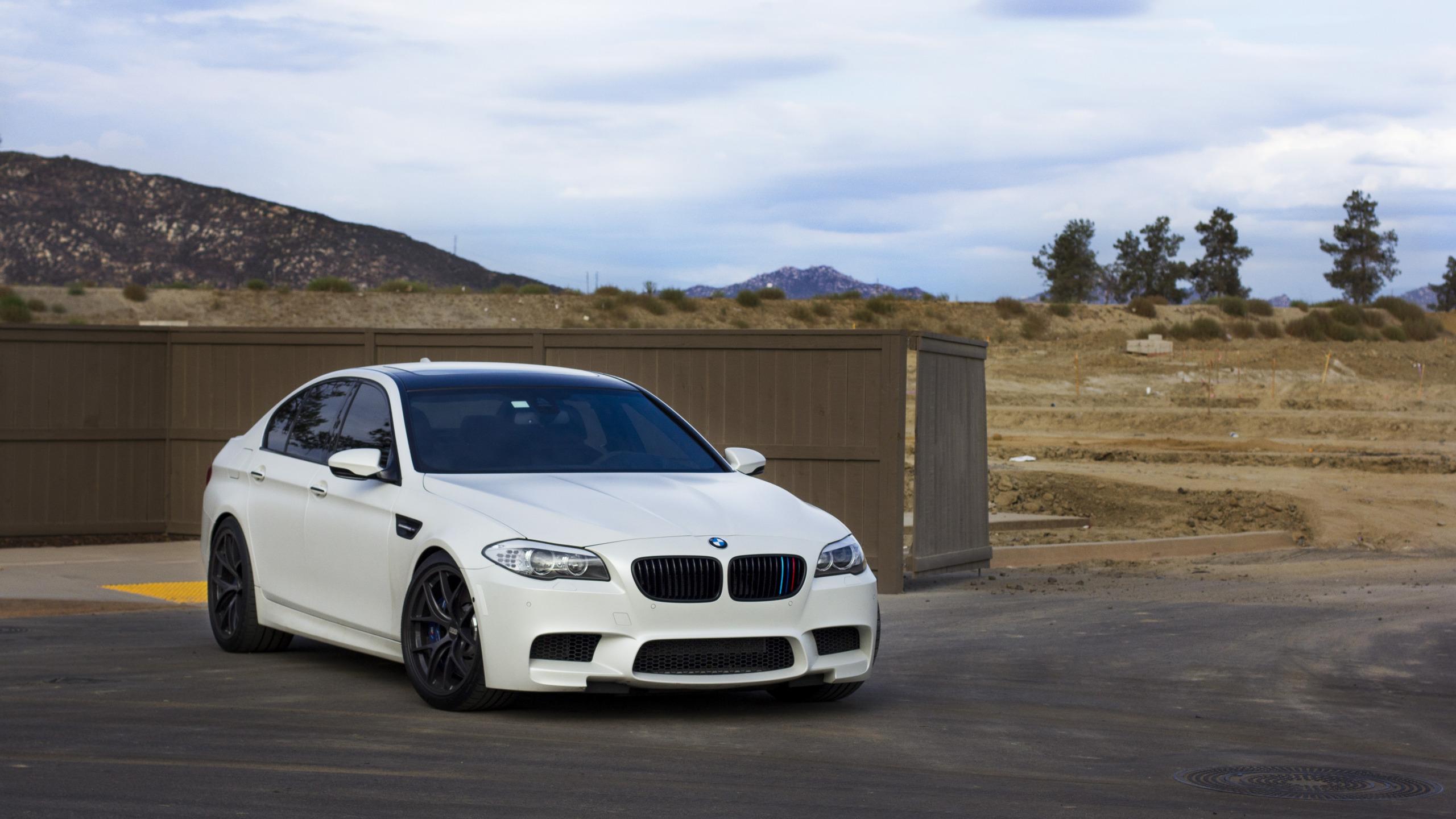 белый автомобиль bmw m5 f10  № 847747  скачать