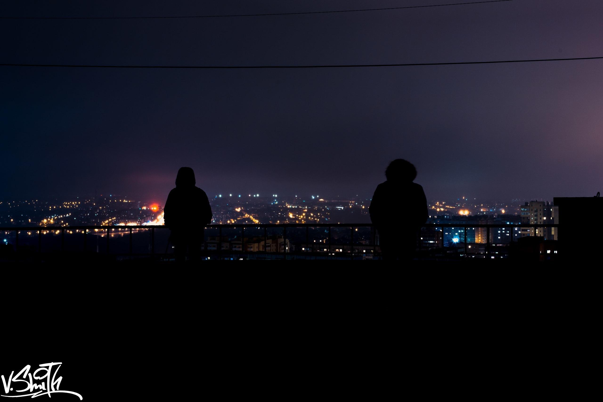 девушка на крыше и вид ночного города картинка кто