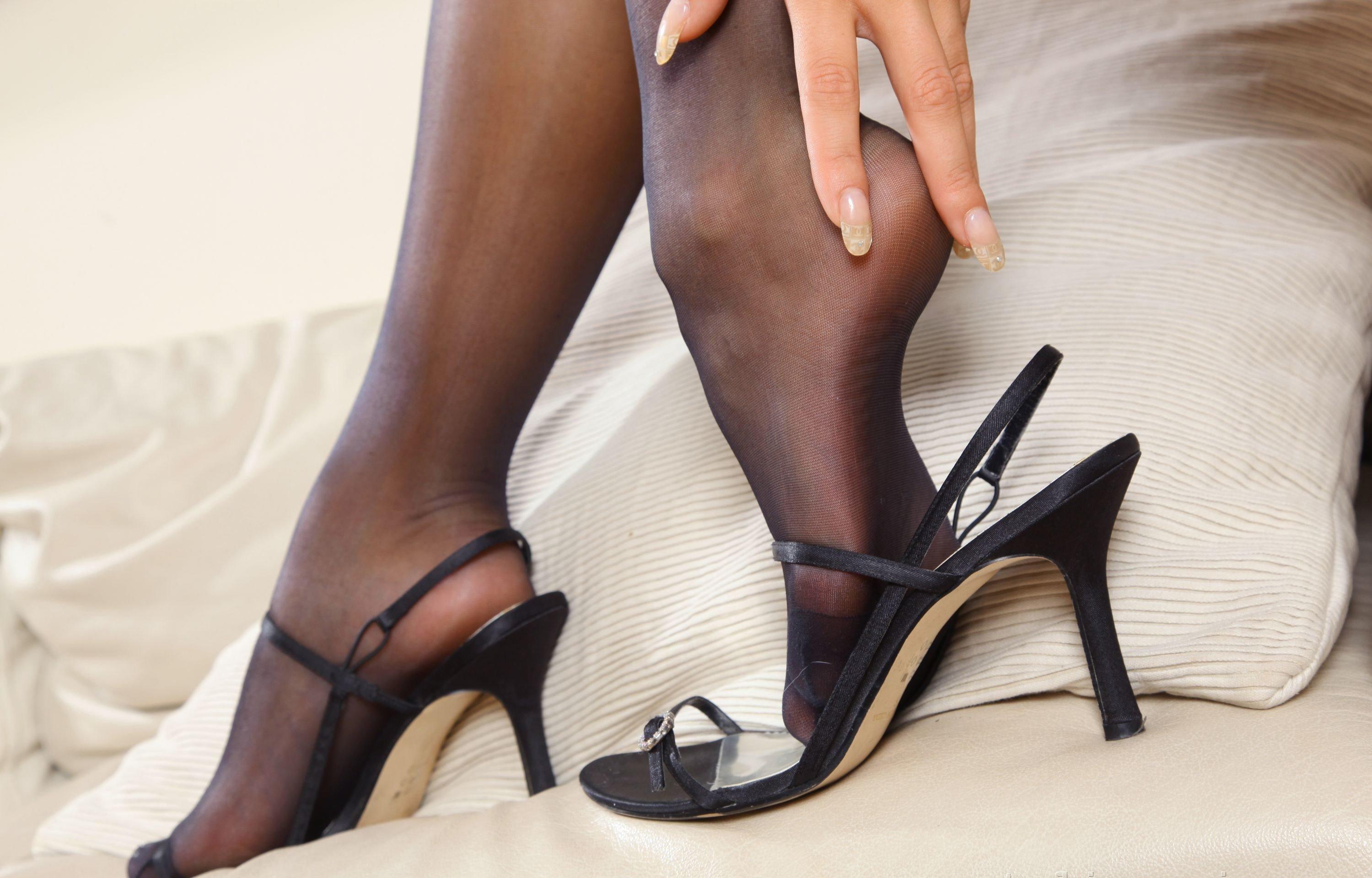 Ножки в капроне и босоножках