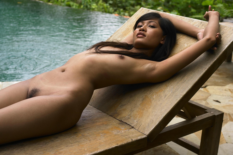putu-couch-nude