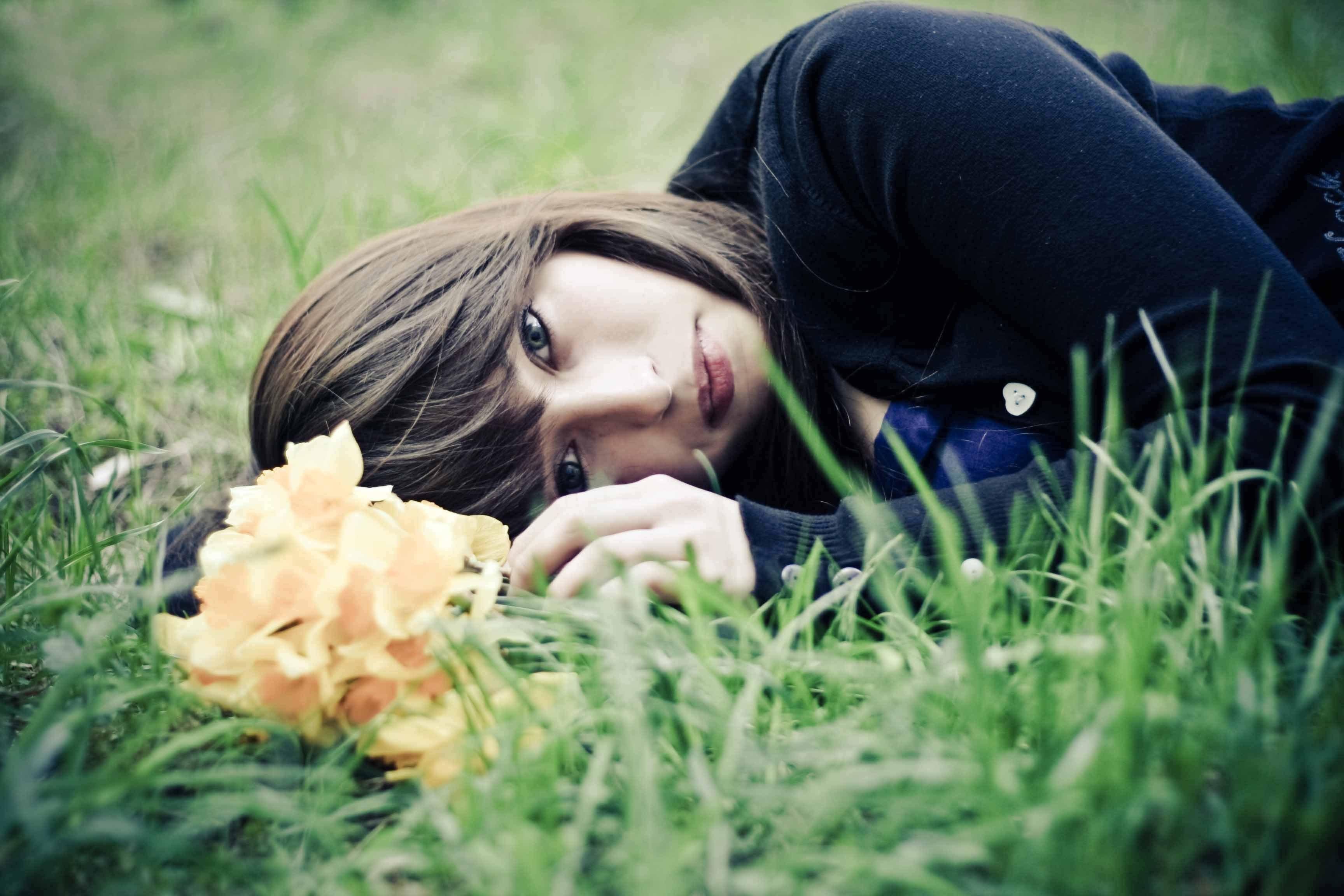 Девушка в траве  № 559872 без смс