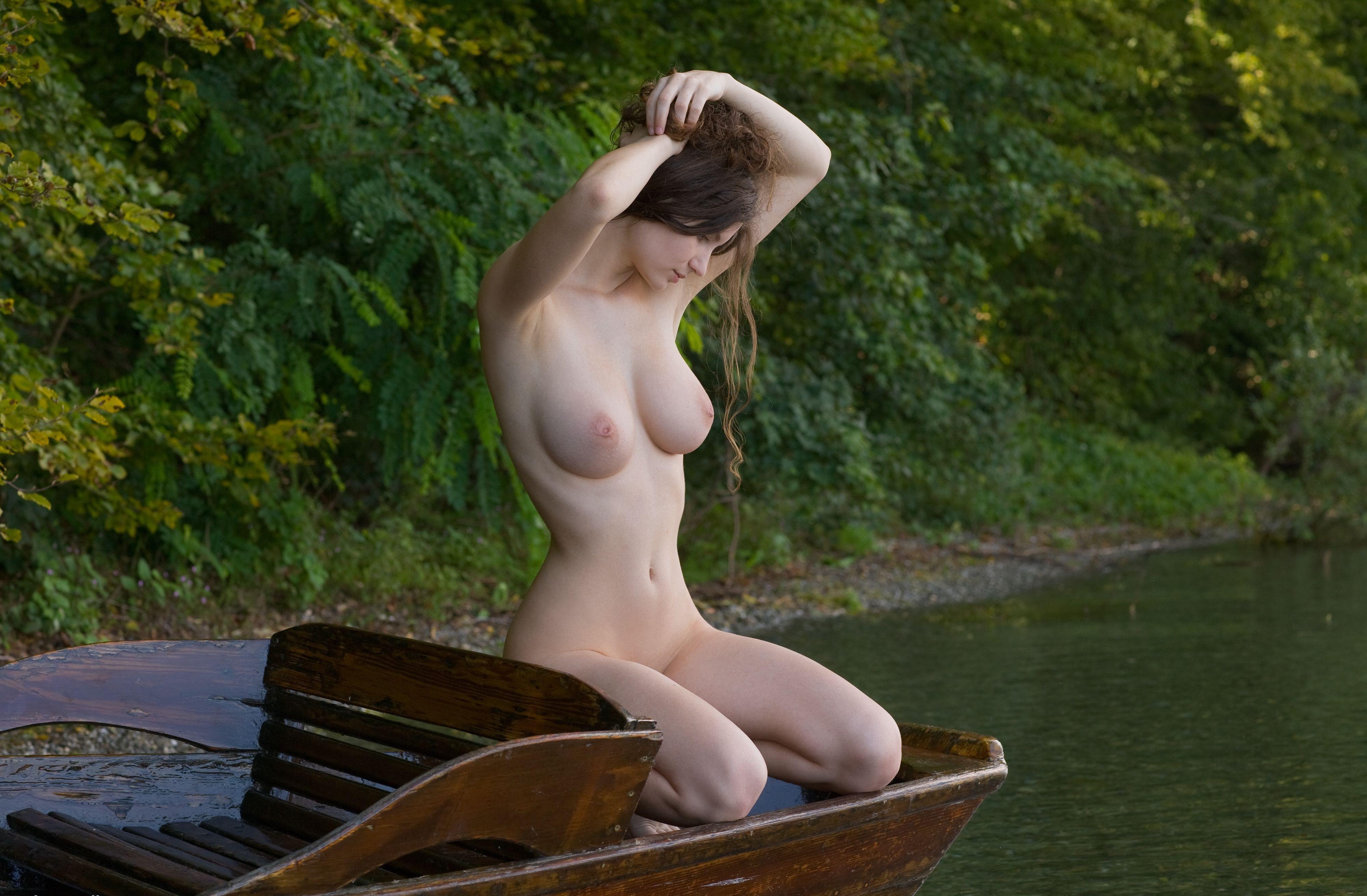 Эротика девушка на речке