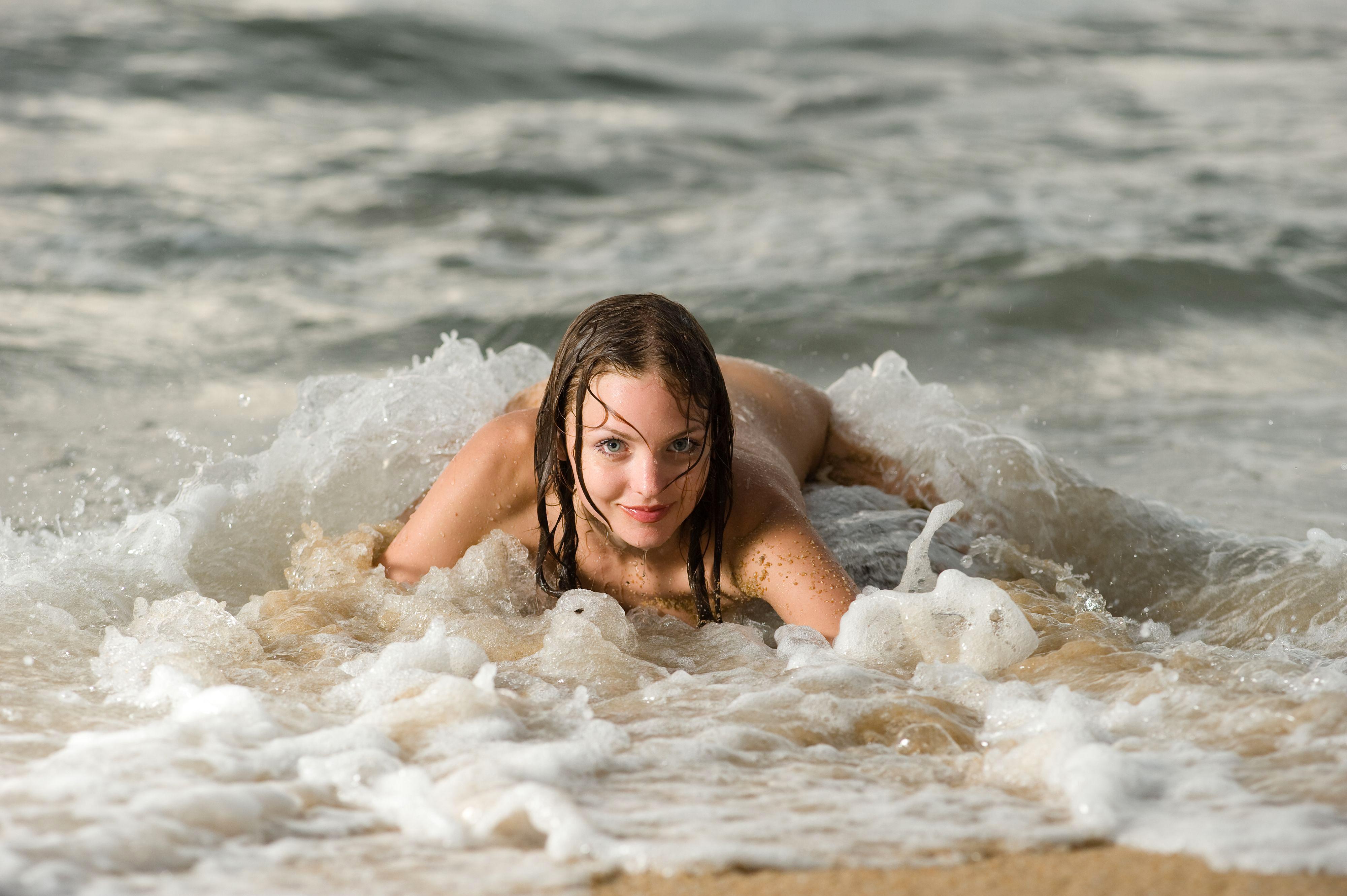 Телочки купаются в озере, Девки купаются на речке голые -видео. Смотреть 14 фотография