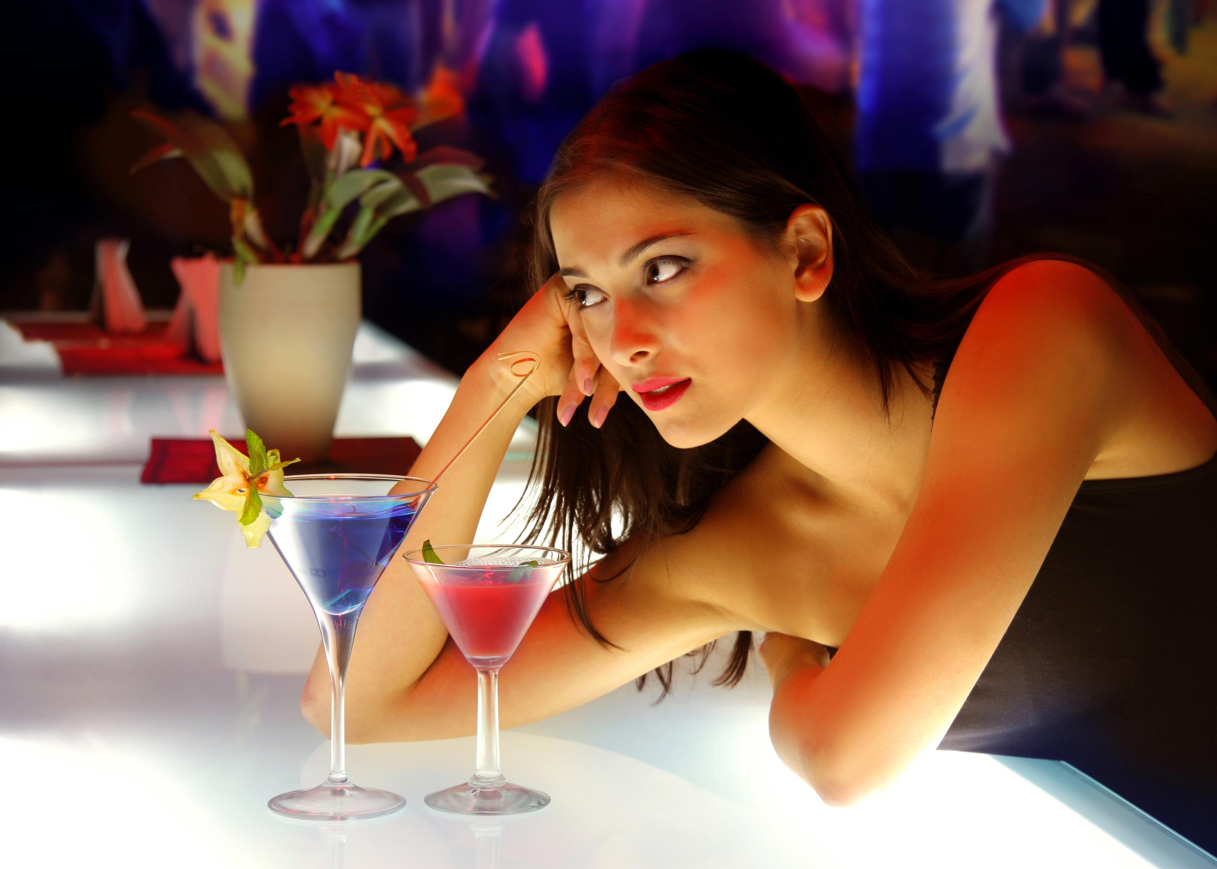 Выпившая девушка показывает себя обнаженной и сладкой  110873