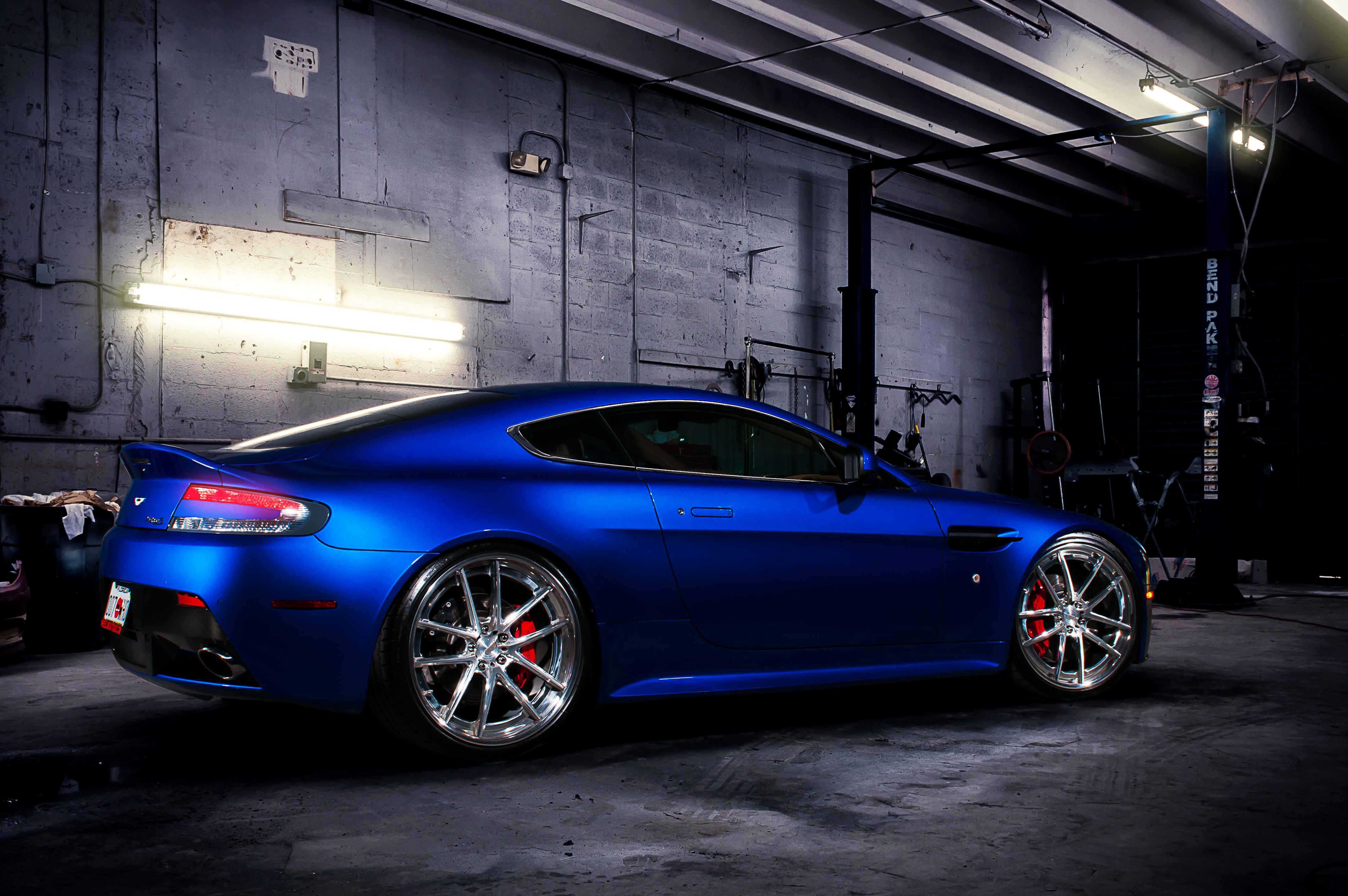 синий автомобиль Aston Martin  № 2593925 бесплатно