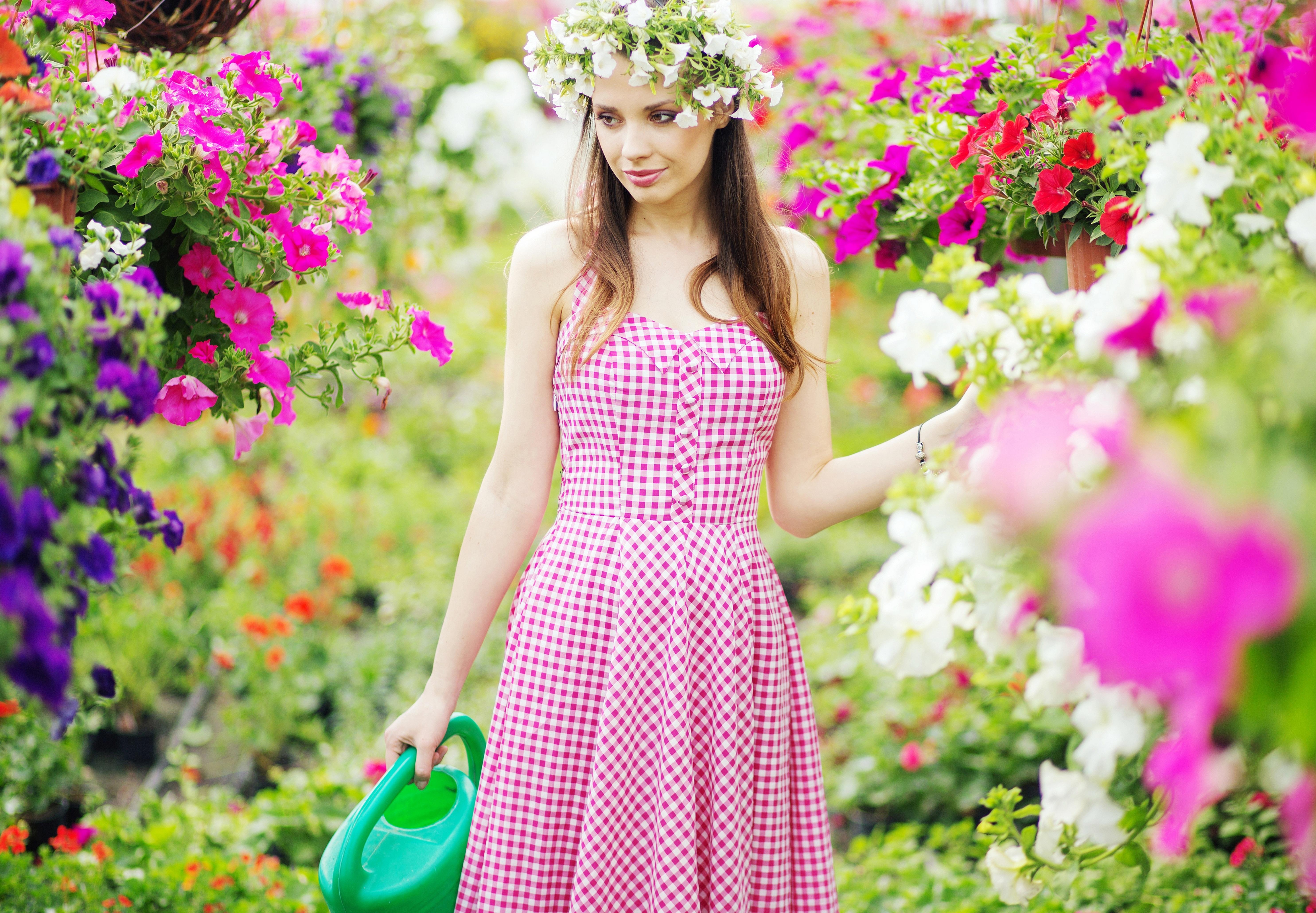 Девушка поливает цветы: фото и картинка девушка поливает