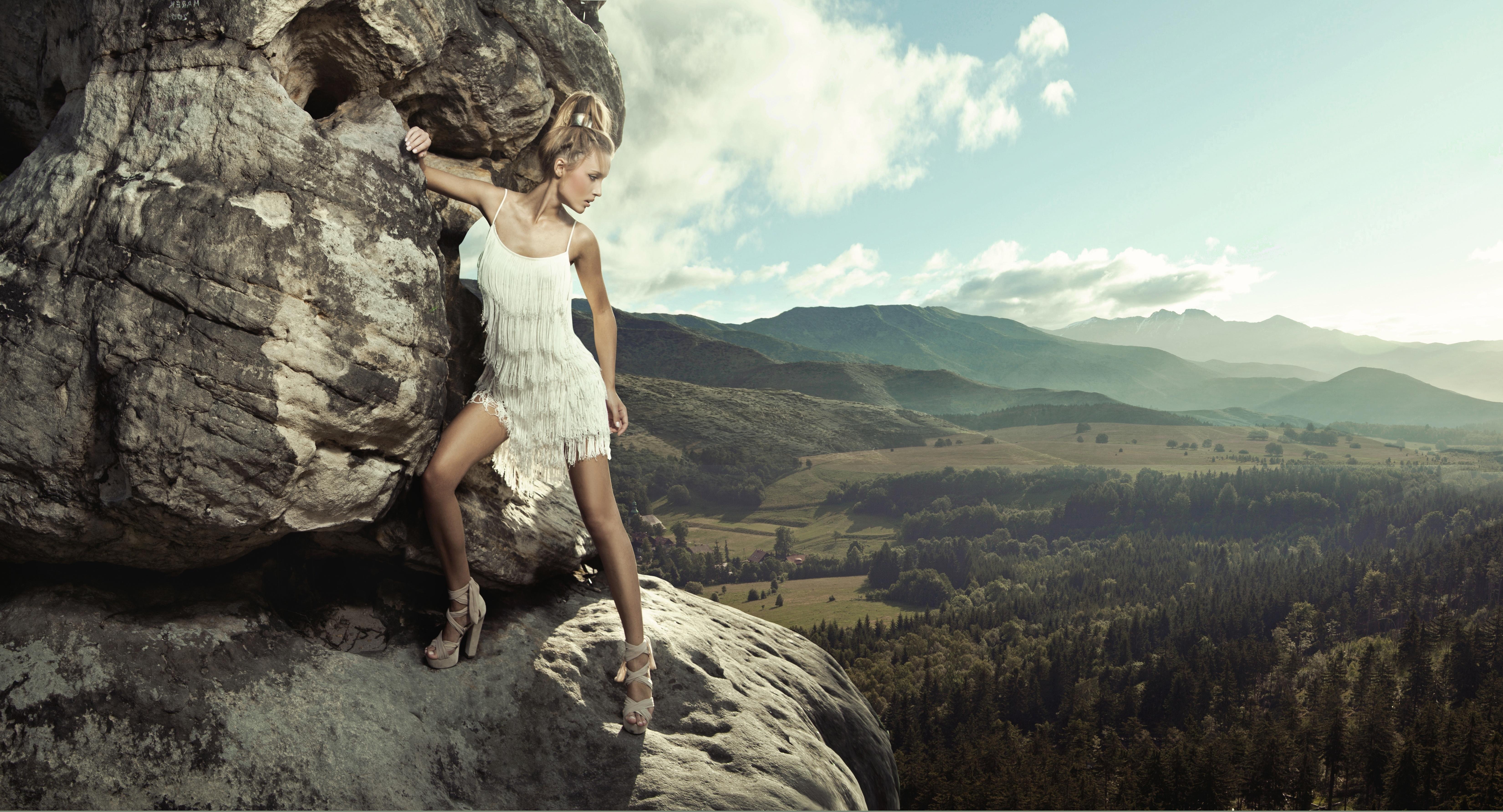 Парень фотографирует голую подружку у скалы  234560
