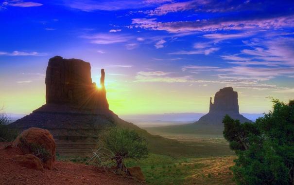 Фото обои небо, солнце, облака, лучи, деревья, закат, горы
