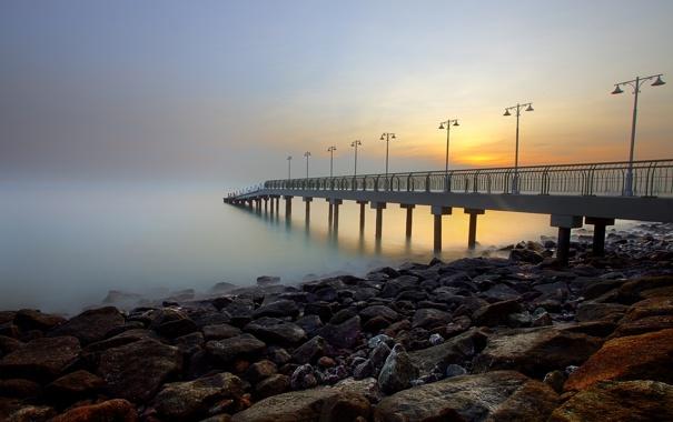 Фото обои море, небо, закат, туман, камни, берег, фонари