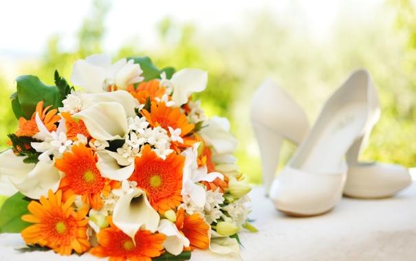 Фото обои цветы, букет, туфли, белые, оранжевые, хризантемы, каллы