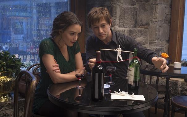 Фото обои кадр, бокалы, человечек, бутылки, столик, Джозеф Гордон-Левитт, канатоходец