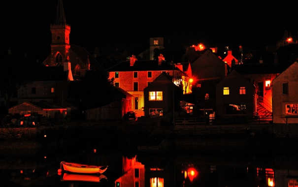 Фото обои ночь, озеро, лодка, башня, дома