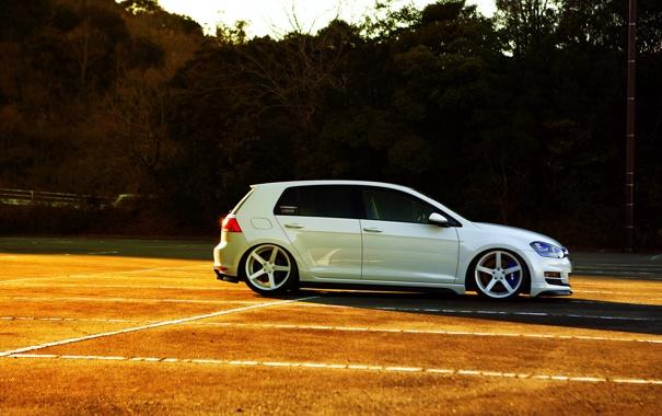 Фото обои volkswagen, white, wheels, side, golf, vossen