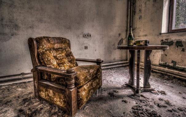 Фото обои стол, кресло, бутылки