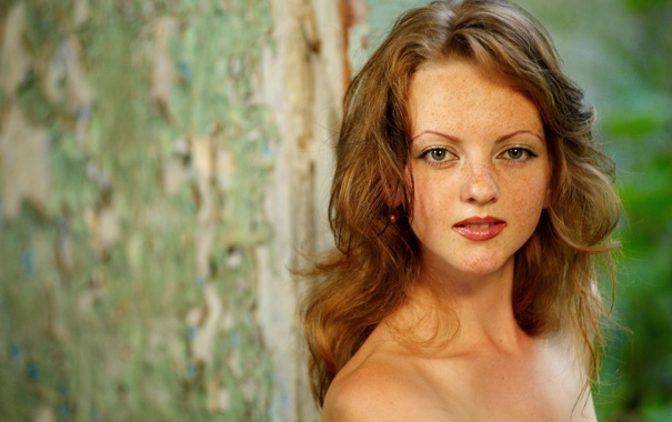 Фото обои взгляд, девушка, веснушки, рыжая, плечи, локоны, пышные волосы