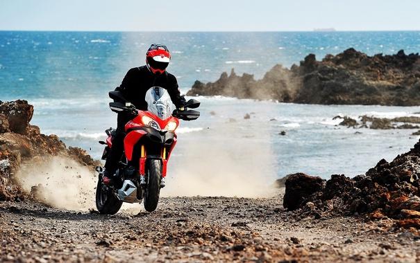 Фото обои море, берег, мотоцикл, moto, гонщик, ducati, 1920x1080