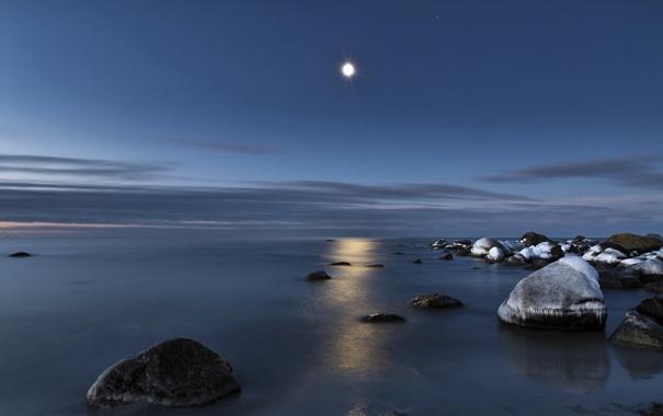 Фото обои море, вода, свет, отражение, камни, луна