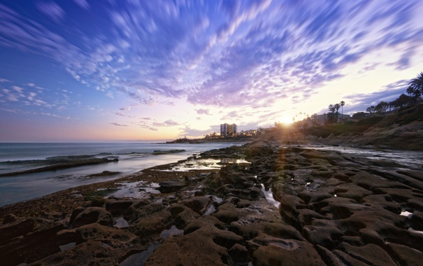 Фото обои море, закат, город, камни, берег, лужи, мель