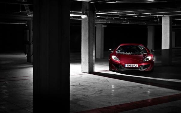 Фото обои красный, темнота, McLaren, гараж, колонны, суперкар, полумрак