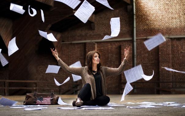 Фото обои девушка, бумага, настроение, улица, листки
