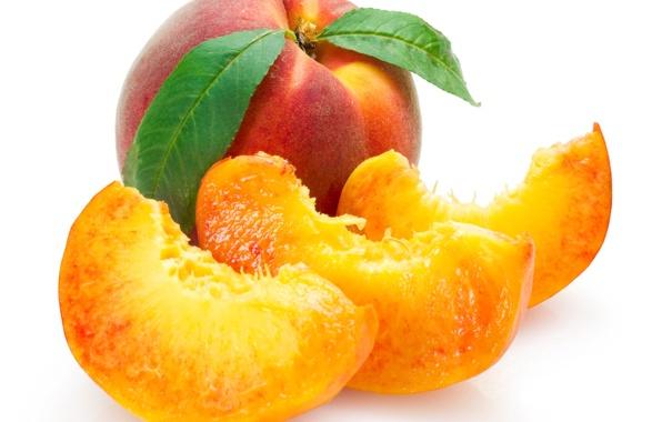 Фото обои белый фон, фрукты, листочки, персики, дольки, крупным планом