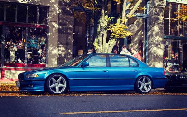 Фото обои осень, листья, улица, bmw, бмв, сбоку, e38