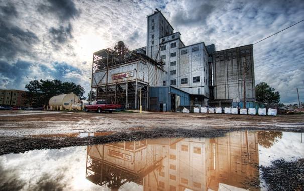 Фото обои облака, здание, лужа, Heavy Industry in Petaluma