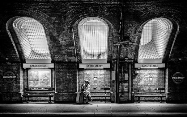 Фото обои свет, метро, женщина, Англия, Лондон, окна, чемодан