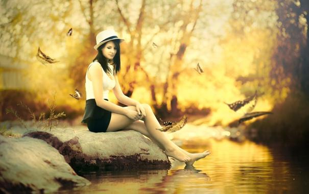 Фото обои осень, девушка, ручей, камень, шляпка, листопад