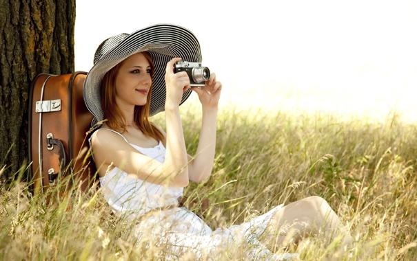 Фото обои трава, девушка, лицо, улыбка, дерево, шляпа, фотоаппарат