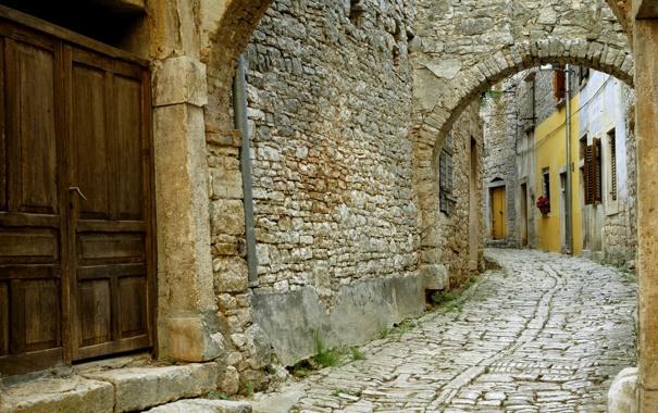 Фото обои дом, стена, камень, дверь, арка, ставни, мостовая