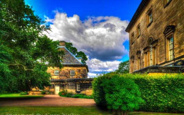 Фото обои облака, деревья, Англия, дома, обработка, двор, кусты