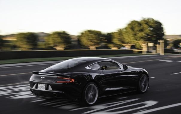 Фото обои дорога, разметка, чёрный, Aston Martin, скорость, размытие, Астон
