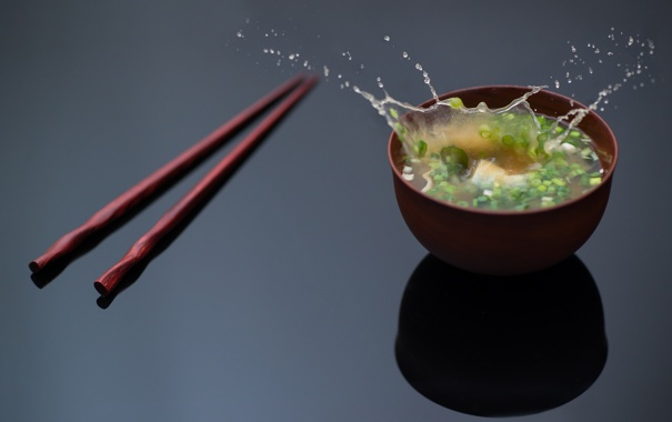 Фото обои брызги, зеленый, палочки, лук, суп, пиала, Ben Torode
