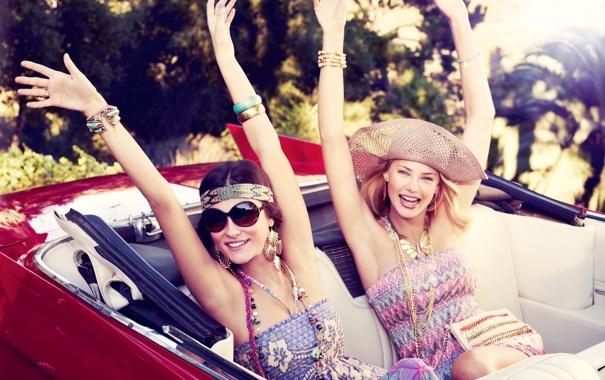 Фото обои машина, девушки, модели, улыбки, насыщенность, жизнерадостность
